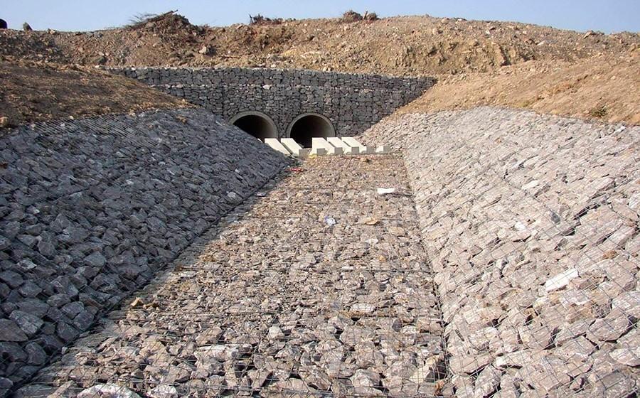 Почему лучше заказать укрепление берега искусственного водоема габионами?