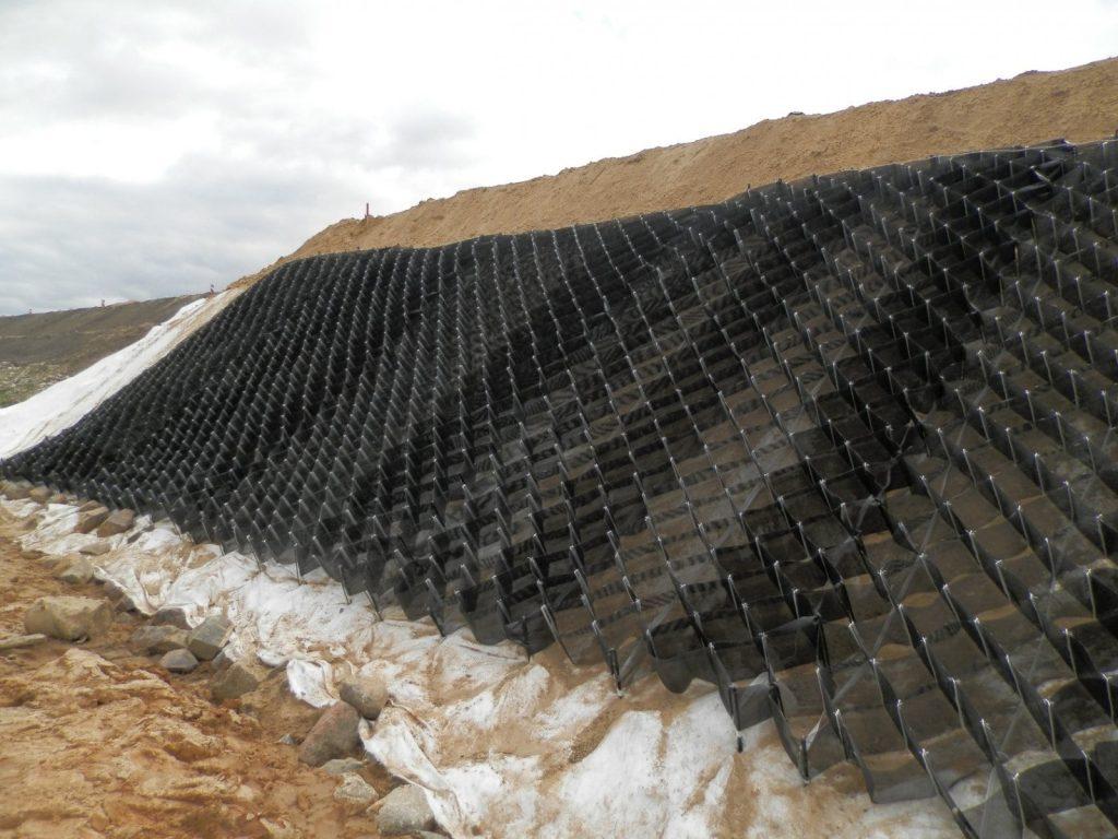 Для чего требуется укрепление берегов естественных и искусственных водоемов георешеткой?
