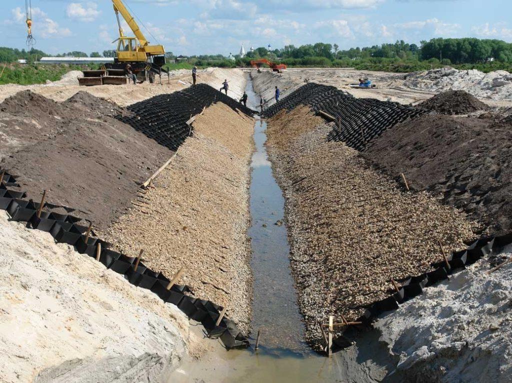 С чего начинается укрепление берега озера, реки или пруда георешеткой?